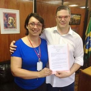 Parlamentar entregou cópia do documento à diretora Rosane Schmitz