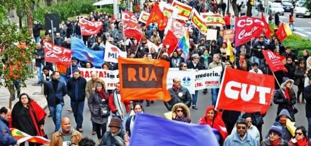 Manifestantes cobraram um basta ao desemprego e à retirada de direitos trabalhistas, entre outros itens