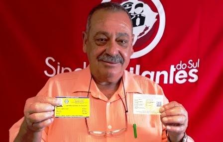 Presidente Dias com a nova carteira, feita em PVC