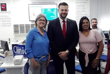 Diretora Elisa Araújo, à direita, com o médico Cléber Santos Jr e a gestora da clínica, Dina Kunzler