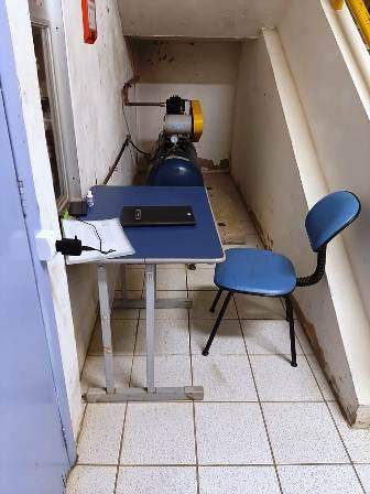 Vigilantes ficam num cubículo, próximo aos produtos químicos