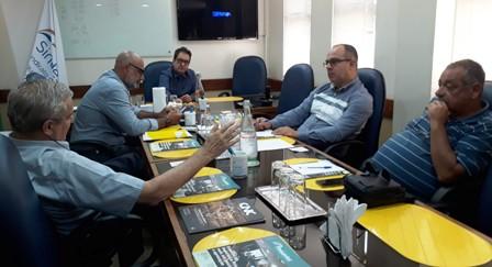 O presidente do sindicato, Loreni Dias, e o assessor jurídico, Arthur Dias Filho,  à direita, na reunião de hoje