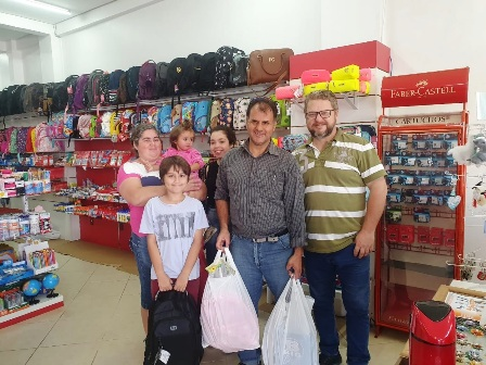 vigilante Abel Gomes Alves, com a família e o nodo da loja, à direita