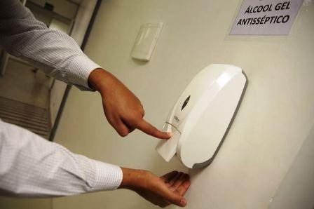 Não pode faltar álcool gel nos postos (Foto: Marcelo Casal Jr./Agência Brasil