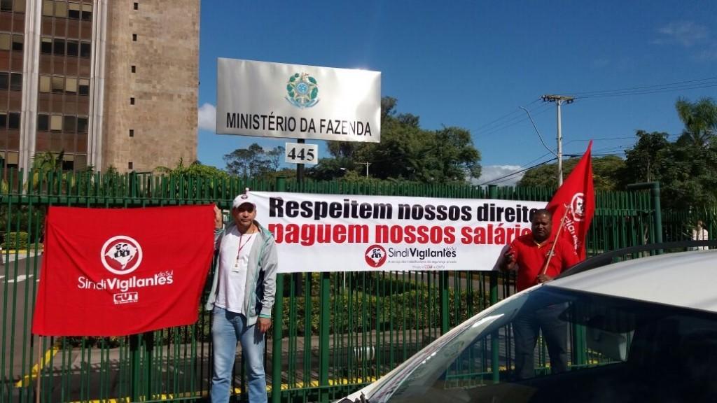 Protesto do sindicato na frente da Receita Federal