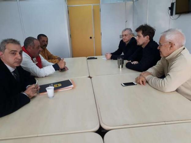 Reunião do presidente Dias, advogado Jorge Young e diretor Barreto, à esquerda, com representantes da Receita