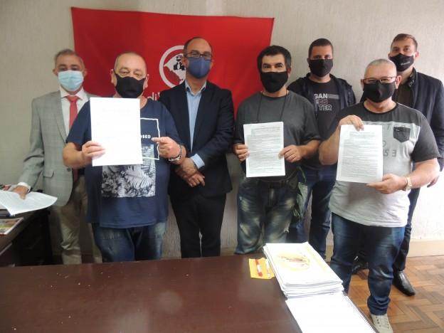 Presidentes Dias, Marcelo e Renato, com a convenção assinada, assessores jurídicos e diretores